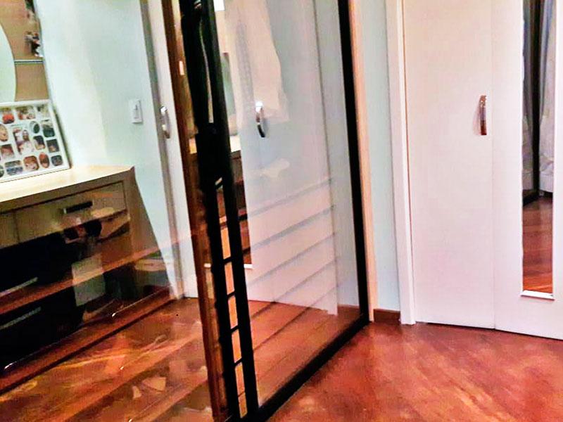 Ipiranga, Apartamento Padrão-3º Quarto com piso de carpete de madeira e armários planejados.