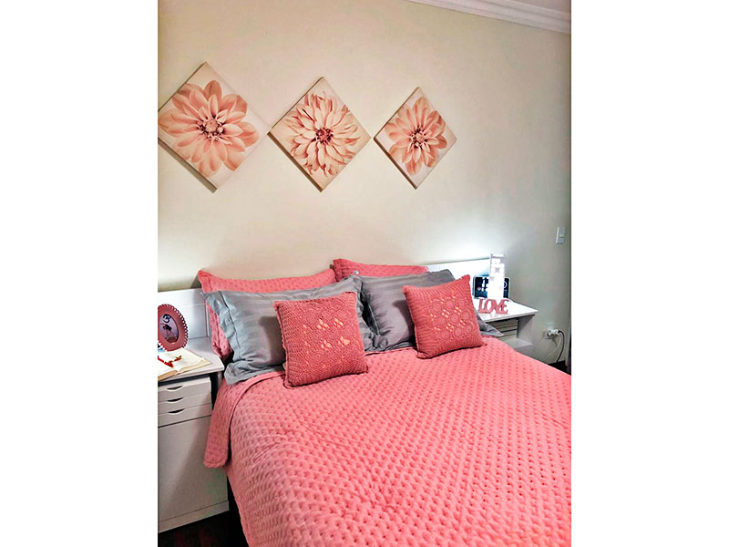 Ipiranga, Apartamento Padrão-Suíte com piso de tacão e teto com moldura de gesso.
