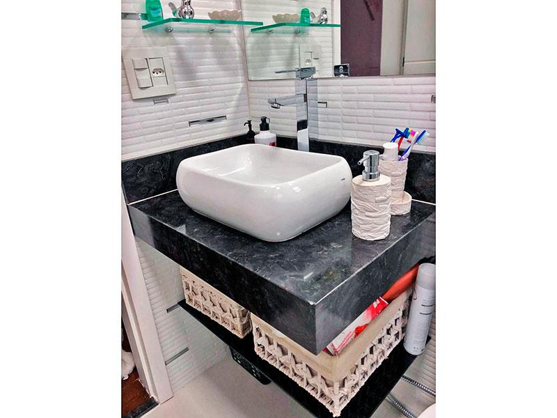 Ipiranga, Apartamento Padrão-Banheiro da suíte com piso de cerâmica, teto com moldura de gesso, pia sobreposta e box de vidro.