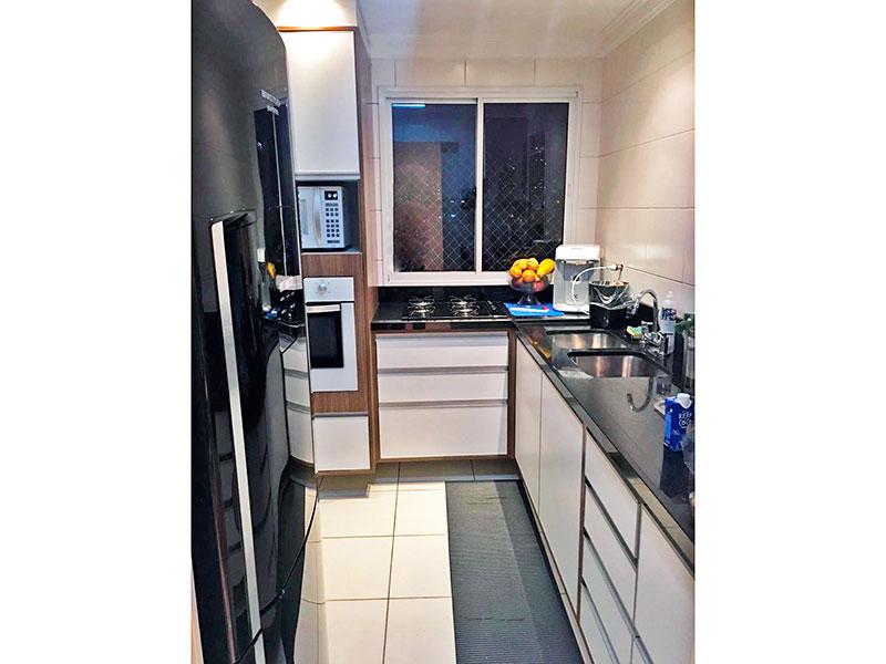 Ipiranga, Apartamento Padrão-Cozinha com piso de cerâmica, teto com moldura de gesso, armários planejados, gabinete, cooktop, pia de granito e acesso a área de serviço.