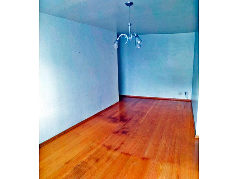 Jabaquara, Apartamento Padrão-Sala com piso de carpete de madeira.