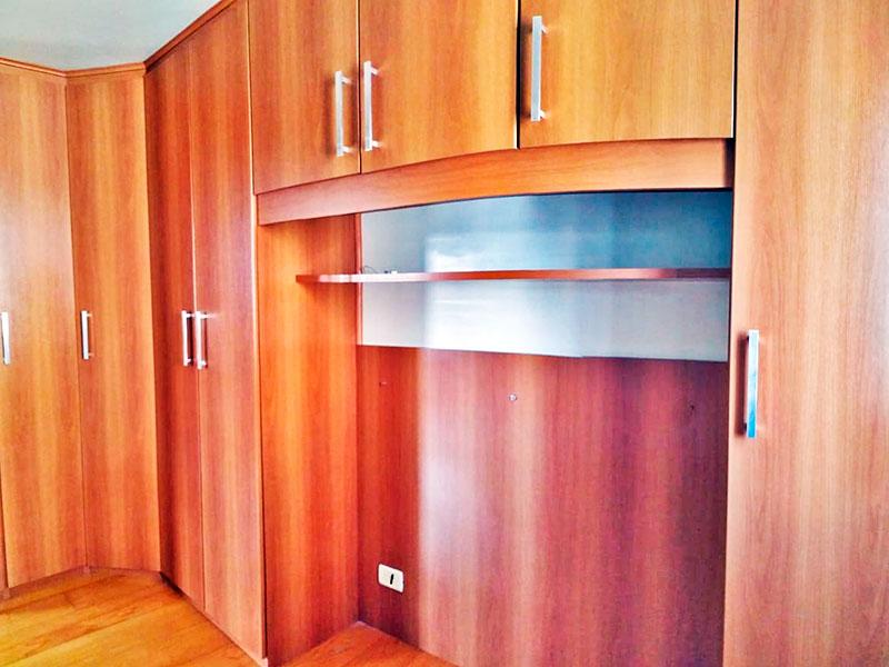 Jabaquara, Apartamento Padrão-1º Quarto com piso de carpete de madeira e armários planejados.