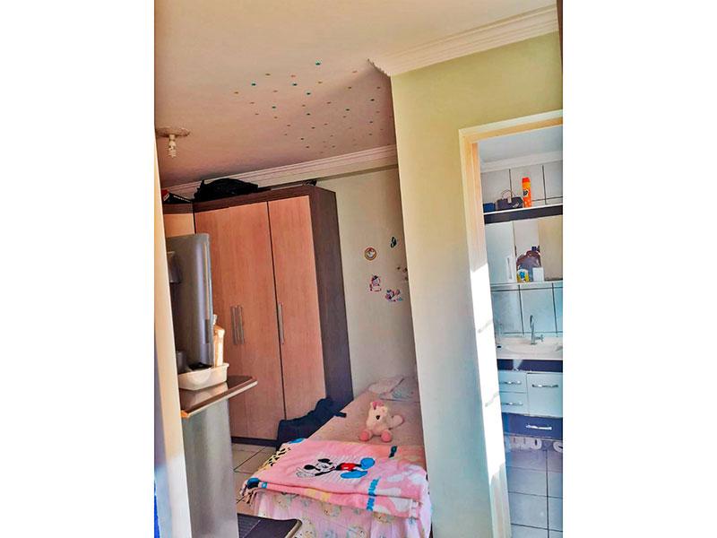 Ipiranga, Apartamento Padrão-Suíte com piso de cerâmica e teto com moldura de gesso.