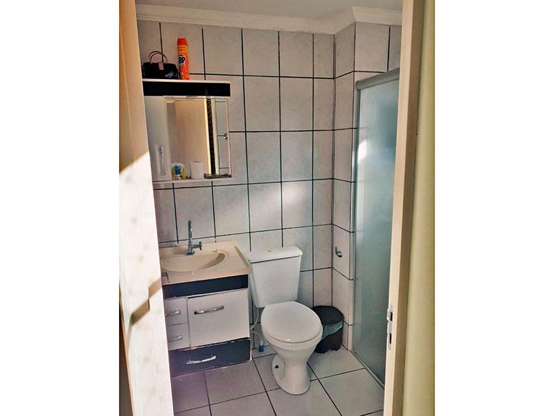 Ipiranga, Apartamento Padrão-Banheiro da suíte com piso de cerâmica, teto com moldura de gesso, gabinete, pia sintética e box de vidro.