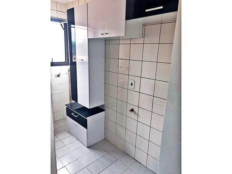 Ipiranga, Apartamento Padrão-Cozinha integrada com a área de serviço, com piso de cerâmica, teto com moldura de gesso, armários planejados, gabinete e pia de granito.