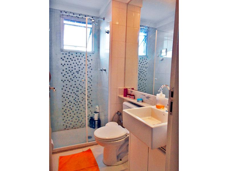 Sacomã, Apartamento Padrão-Banheiro social com piso de cerâmica, gabinete, pia de porcelana e box de vidro.