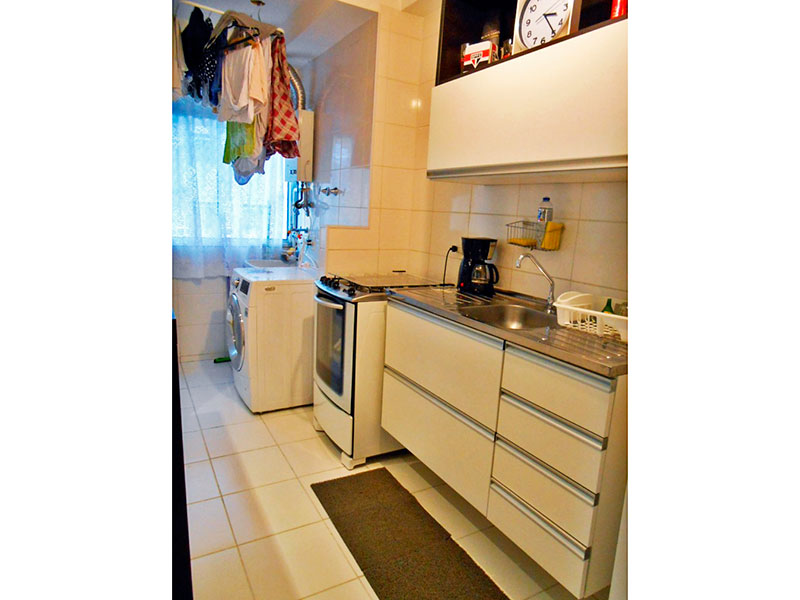 Sacomã, Apartamento Padrão-Cozinha americana com piso de cerâmica, gabinete, pia de aço inox e acesso a área de serviço.