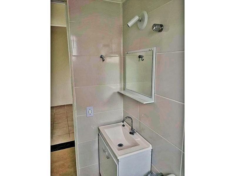 Sacomã, Apartamento Padrão-Banheiro social com piso de cerâmica, teto com moldura de gesso, gabinete, pia de nanoglass e box.