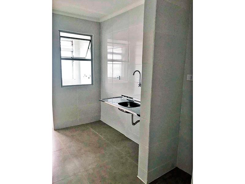 Sacomã, Apartamento Padrão-Cozinha com piso de cerâmica, teto com moldura de gesso, pia de aço inox e acesso a área de serviço.
