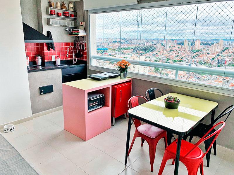 Ipiranga, Apartamento Padrão-Varanda gourmet com piso de cerâmica, pia de granito, fechamento de vidro e tela de proteção.