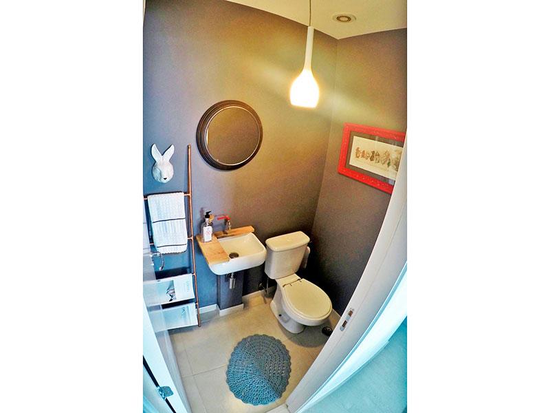 Ipiranga, Apartamento Padrão-Lavabo com piso de cerâmica e pia de porcelana.