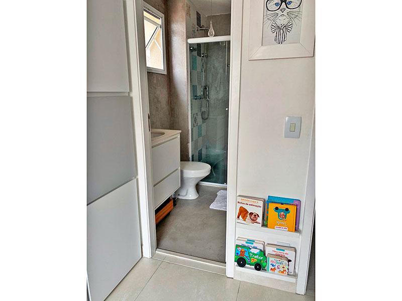Ipiranga, Apartamento Padrão-Banheiro da 2ª suíte com piso de cimento queimado, gabinete, pia de granito e box de vidro.