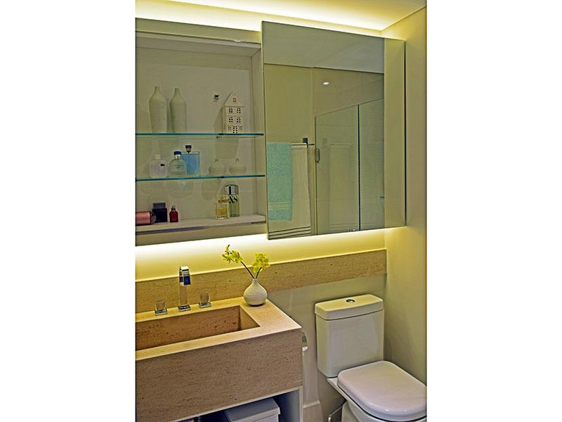 Ipiranga, Apartamento Padrão-Banheiro da suíte com piso de cerâmica, iluminação embutida, pia de granito e box de vidro.