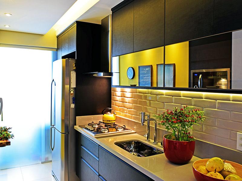 Ipiranga, Apartamento Padrão-Cozinha com piso de porcelanato, teto com sanca, iluminação embutida, armários planejados, gabinete, cooktop, pia de granito e acesso a área de serviço.