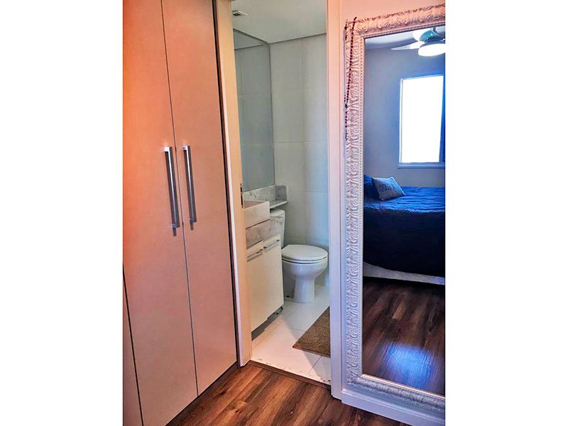 Sacomã, Apartamento Padrão-Suíte com piso laminado, teto com moldura de gesso e armários planejados.