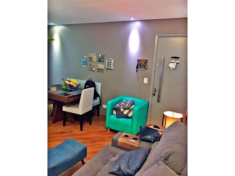Sacomã, Apartamento Padrão-Sala com piso de carpete de madeira, teto com sanca, iluminação embutida e acesso a varanda.