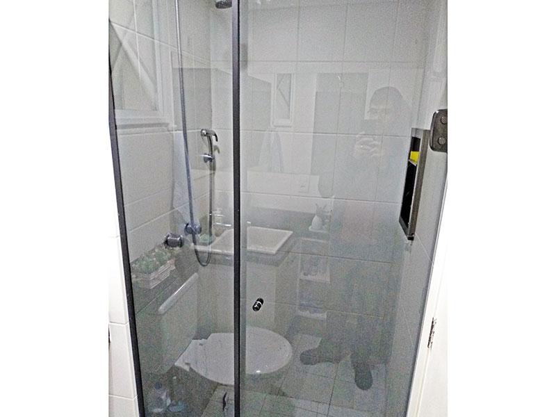 Sacomã, Apartamento Padrão-Banheiro social com piso de cerâmica, teto com sanca, iluminação embutida, gabinete, pia de granito e box de vidro.