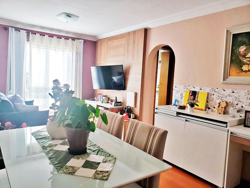 Jabaquara, Apartamento Padrão - Sala com piso de carpete de madeira e teto com moldura de gesso.