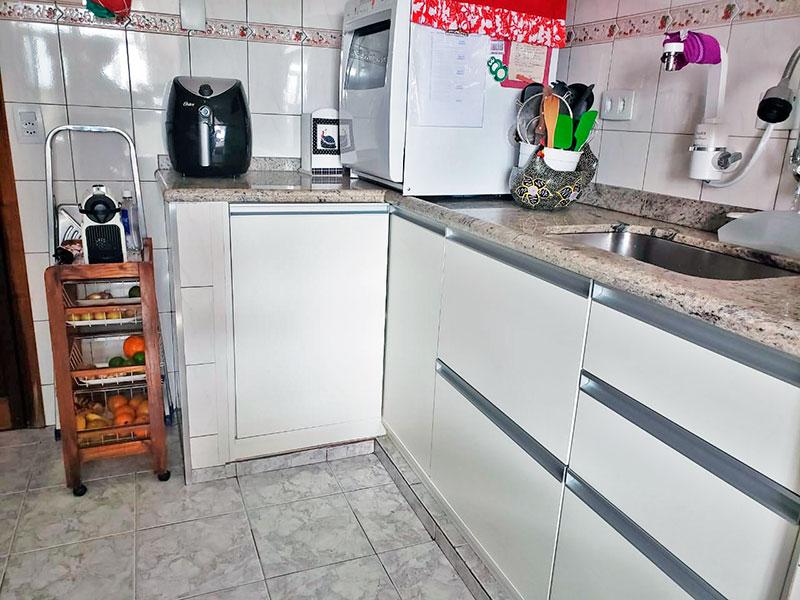 Jabaquara, Apartamento Padrão-Cozinha com piso de cerâmica, teto com moldura de gesso, armários planejados, gabinete, pia de mármore e acesso a area de serviço.