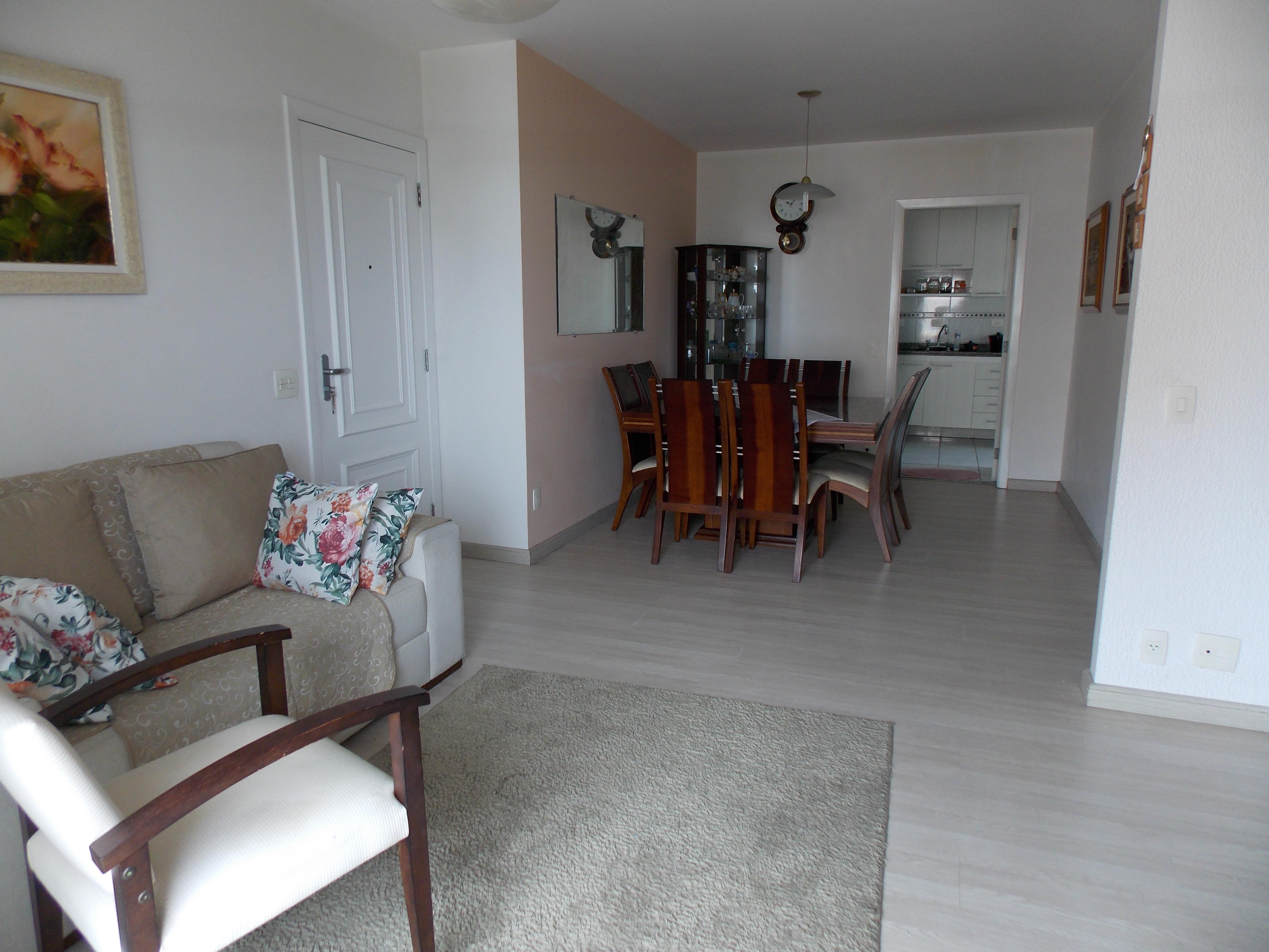 Jabaquara, Apartamento Padrão - Sala ampliada com 2 ambientes, moldura de gesso, piso de laminado com acesso para varanda.